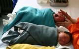 青海省西寧市の西寧小児病院で、赤ちゃんをマッサージしている看護師。中央人民広播電台の報道によると、河南省の病院では、親に捨てられた赤ちゃんの販売を宣伝しているという(Getty Images)