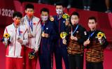 東京五輪バドミントン男子ダブルスの表彰式。台湾人選手が金メダルを獲得した(PEDRO PARDO/AFP via Getty Images)