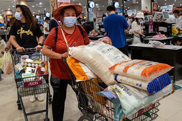 2021年8月2日、中国武漢市のスーパーで大量の食品を買う市民(Getty Images)