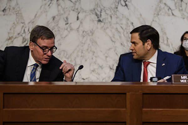 8月4日に行われた米上院情報特別委員会の公聴会に参加するウォーナー議員(左)とルビオ議員(右)(NICHOLAS KAMM/AFP via Getty Images)
