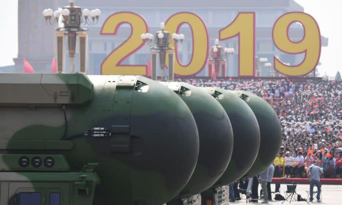 中国の核搭載可能な大陸間弾道ミサイル「DF-41」。2019年10月1日、北京の天安門広場の軍事パレードで撮影(Greg Baker/AFP via Getty Images)