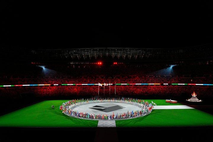 東京オリンピック閉幕式で、国立競技場に集まった各国旗手(@Olympics )