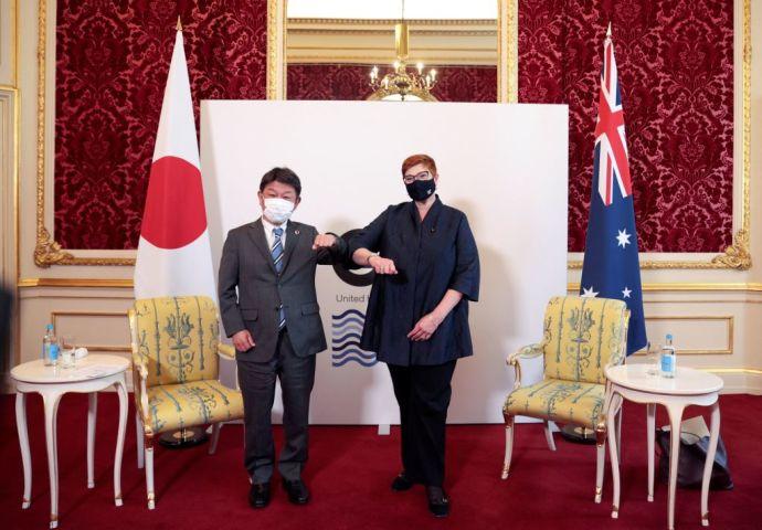 G7外相会合であいさつを交わす茂木敏充外務大臣とオーストラリアのマリズ・ペイン外相 (Photo by HANNAH MCKAY/POOL/AFP via Getty Images)