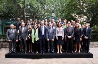 25カ国から50人以上の外交官が並び、厳しい目線を送る(在中国カナダ大使館)