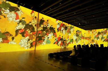 縦7m、横45mの3面ワイドスクリーンによる圧巻の巨大映像空間「3面シアター」(清雲/大紀元)