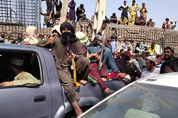 アフガニスタン東部の都市ジャラーラーバードに入ったタリバンの戦闘員(AFP via Getty Images)