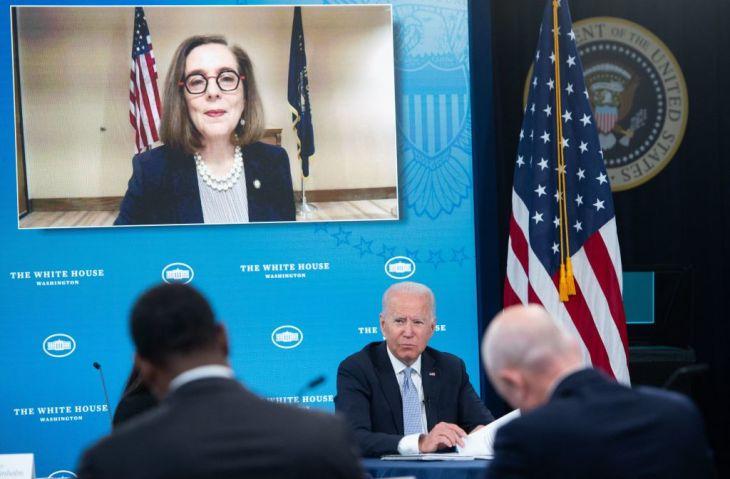 バイデン大統領とビデオ会議を行うケイト・ブラウン州知事。 (Photo by SAUL LOEB/AFP via Getty Images)