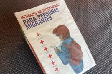 テキサス州ウバルデ郡で不法移民が落としていった、赤十字社のスペイン語のパンフレット (Charlotte Cuthbertson/The Epoch Times)