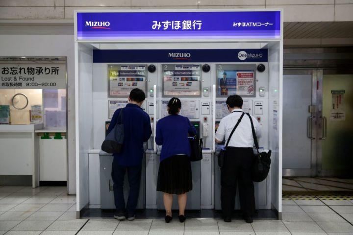 みずほ銀行はシステムの復旧を公表した (Photo by BEHROUZ MEHRI/AFP via Getty Images)