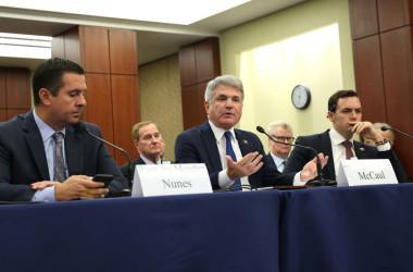 7月29日、米国会議事堂で新型コロナウイルスの発生源について証言を行う共和党議員マイケル・マコール氏(中央)(Photo by Kevin Dietsch/Getty Images)
