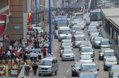 写真は中国・広州の道路(MIKE CLARKE/AFP via Getty Images)