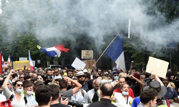 2021年8月21日、フランス北部のリールで行われた、特定の労働者へのワクチン接種義務化とワクチンパスポートの義務化に抗議する人々 (Francois Lo Presti/AFP via Getty Images)