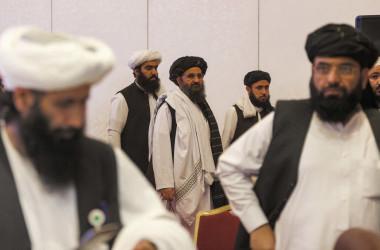 2021年7月18日、カタールでアフガニスタン政府とタリバンの和平交渉が行われた。与会したタリバンの創設者、ムラー・アブドゥル・ガーニ・バラダー(中)(Photo by KARIM JAAFAR/AFP via Getty Images)