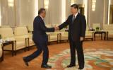 世界保健機関(WHO)のテドロス・アダノム事務局長(左)は、2020年1月28日に中国・北京で開催された人民大会堂での会議の前に、中国の習近平国家主席と握手を交わした(Naohiko Hatta - Pool/Getty Images)