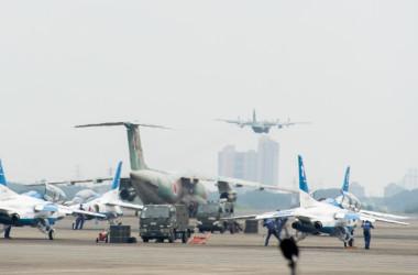 パラリンピック開幕で飛行準備を行うブルーインパルスと、アフガンに飛び立つ自衛隊機C-130輸送機が一枚の画に収まる(防衛省)