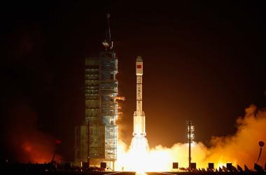 2011年9月29日に発射された中国初の宇宙実験モジュール「天宮1号」を搭載した長征ロケット(Photo by Lintao Zhang/Getty Images)