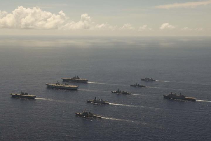 英国やオランダ、米国、日本の強力な海軍部隊が、沖縄南部で演習を行った。(イギリス国防省提供)