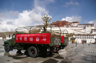 2008年3月21日、チベット・ラサのポタラ宮前での軍用車両。 (Photo by -/AFP via Getty Images)