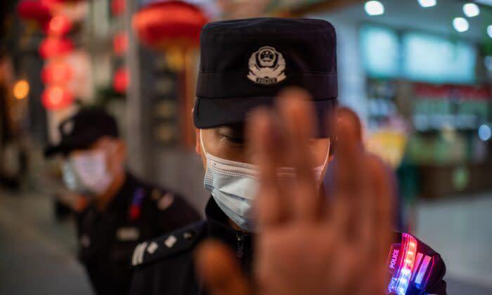 2019年10月1日、北京の天安門広場で行われた軍事パレードで行進する中国の軍人(GREG BAKER/AFP via Getty Images)