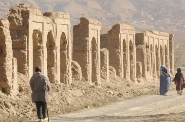 2009年11月11日、シルクロードの一つとして知られるバーミヤン旧市街を歩くアフガンの男性と女性。遺跡の一部はタリバンによって破壊された。(Photo by SHAH MARAI/AFP via Getty Images)