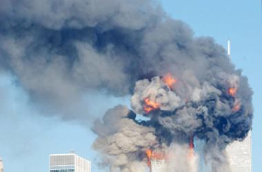 2001年9月11日、ニューヨークの世界貿易センターのツインタワーが、テロリストにハイジャックされた飛行機に襲われている場面。 (Spencer Platt/Getty Images)
