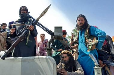 アフガニスタン東部都市ジャラーラーバードに入ったタリバンの戦闘員(Photo by -/AFP via Getty Images)