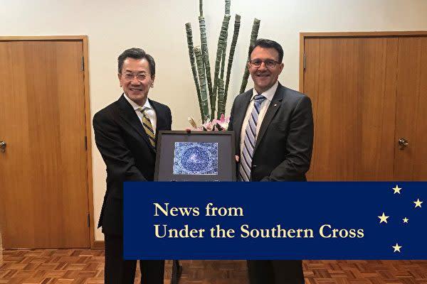 在豪日本大使の山下信吾さん(左)(在豪日本大使館Facebookより)