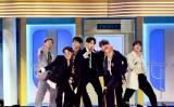 韓国人気アイドルグループ・BTS。メンバーはJUNGKOOK、V、JIMIN、RM、J-HOPE、SUGA、JIN七人です。(Photo by Kevin Winter/Getty Images for dcp)