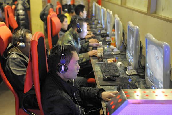 2012年2月、北京市のネットカフェでオンラインゲームをしている若者たち(LIU JIN/AFP/Getty Images)
