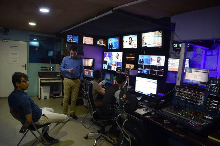 2018年、カブールにあるスタジオで収録作業を行うテレビ局TOLOのスタッフ。参考写真 (WAKIL KOHSAR/AFP via Getty Images)