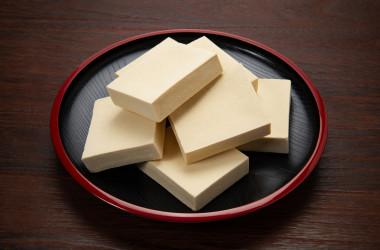 「豆腐」と呼ばれる製品にはいくつかの種類があり、適切なものを食べると、体重を減らし、カルシウムを補給し、筋肉量を増やすことができます( Caito / PIXTA)