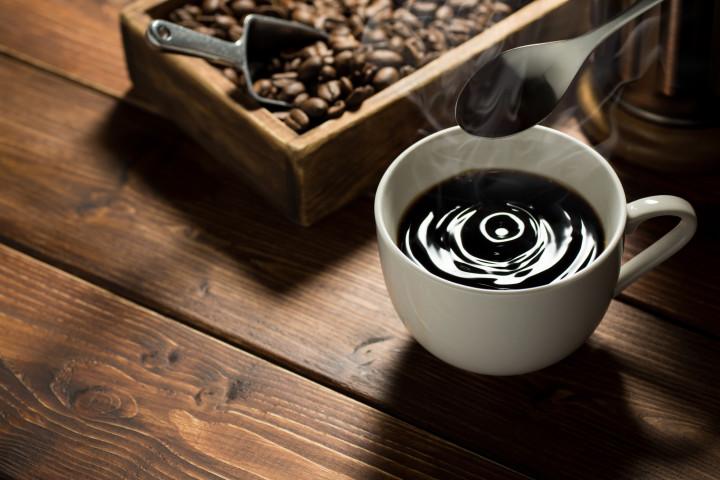 コーヒーは、世界中で人気のある飲み物です(HiroS_photo / PIXTA)