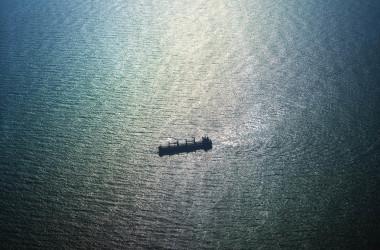 中国のアモイ市と台湾の金門島の間の南シナ海の海域で、台湾の金門上空から見た貨物船=2021年02月02日(An Rong Xu/Getty Images)
