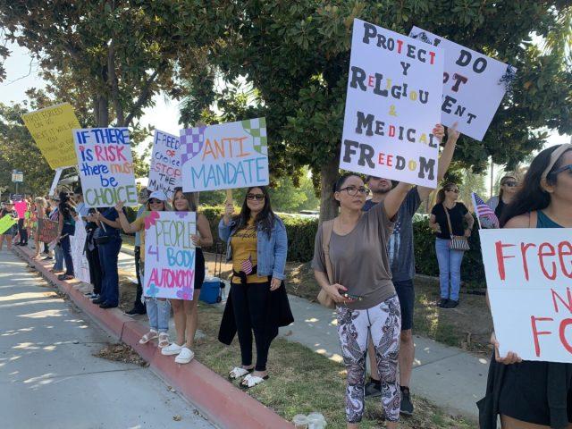 2021年8月9日、アメリカ・南カリフォルニアで新型コロナワクチン義務化に反対する医療従事者たち(Linda Jiang/The Epoch Times)