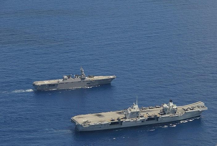 8月25日~26日、護衛艦「いせ」及び同「あさひ」は、沖縄周辺海域において英海軍空母「クィーンエリザベス」打撃群とともに日米英蘭共同訓練を実施している様子。(@海上自衛隊 自衛艦隊(公式)により)