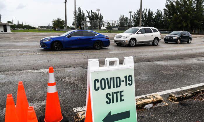 2020年8月3日、米フロリダ州マイアミで行われた中共ウイルスの検査を受けるための車列(CHANDAN KHANNA/AFP via Getty Images)