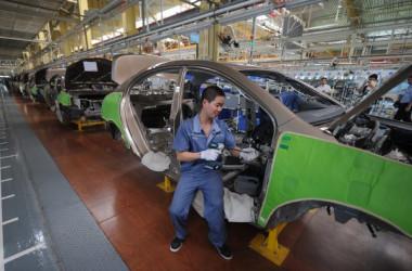 中国の自動車生産工場(PETER PARKS/AFP)