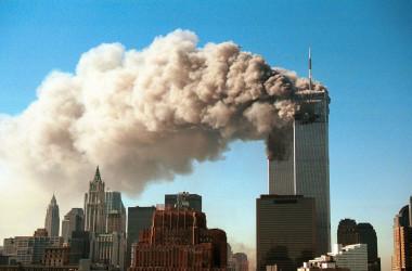 ハイジャックされた旅客機が、世界貿易センターに衝突した。2001年9月11日撮影(Photo by Robert Giroux/Getty Images)