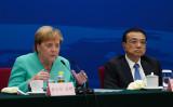 2019年9月6日、北京市の人民大会堂で開催された「独中対話フォーラム」で中国の李克強首相(右)の隣でスピーチを行う独メルケル首相(ANDREA VERDELLI/AFP via Getty Images)