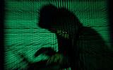 2017年5月13日、サイバーコードを背景にノートパソコンを使う男性 イメージ写真(Kacper Pempel/Reuters)