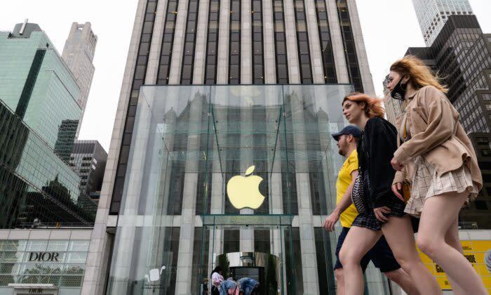 2021年7月13日、ニューヨークでアップルストアの前を通る人々 (Angela Weiss/AFP via Getty Images)