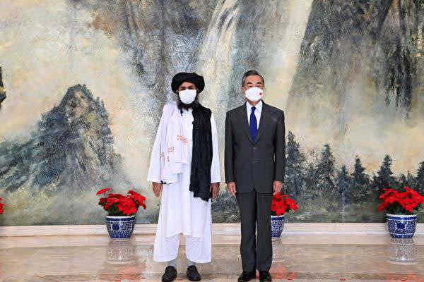 2021年7月28日、タリバンの共同創設者アブドゥル・ガニ・バラダル師(左)と中国の王毅外相(右)が中国の天津で会談した(AFP)