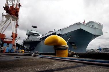港に係留されているイギリス海軍空母「クイーンエリザベス」 (Photo by Kiyoshi Ota - Pool/Getty Images)