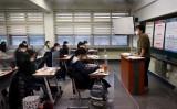 2020年12月03日、韓国ソウルにある学校のクラスルームで、大学修学能力試験を受ける生徒たち(Photo by Chung Sung-Jun/Getty Images)