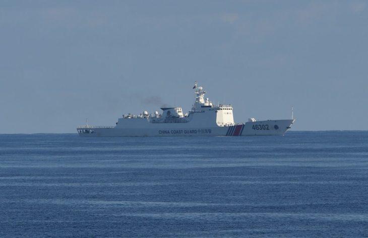 2019年5月14日、南シナ海のスカボロー浅瀬付近で行われた米国とフィリピンの沿岸警備隊による合同捜索・救助演習のエリアに沿って航行する中国の沿岸警備隊の船(TED ALJIBE/AFP via Getty Images)