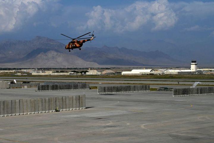 バグラム空軍基地から離陸するヘリコプター。7月5日に撮影(Photo by WAKIL KOHSAR/AFP via Getty Images)