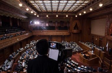 2020年4月、参議院議場で通常国会が開かれている。参考写真(Photo by Tomohiro Ohsumi/Getty Images)