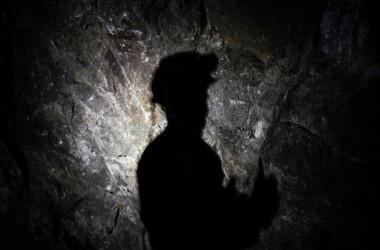 鉱山の内で作業する男性、参考写真(Photo credit should read ARMEND NIMANI/AFP via Getty Images)