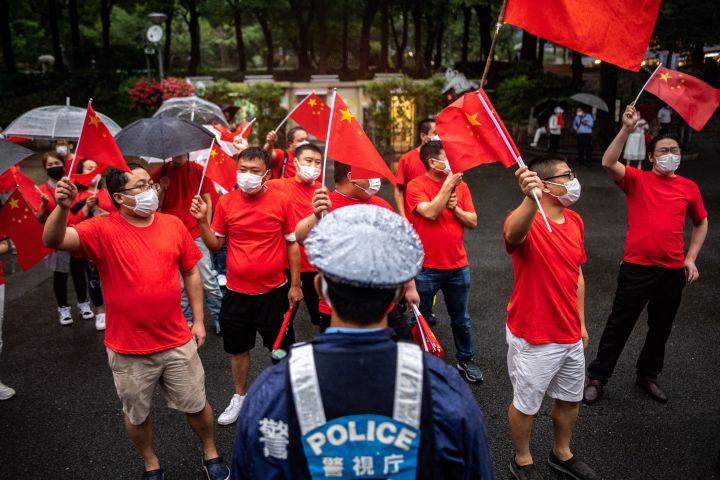 2021年7月1日、新宿で行われた中国民主化支持のデモに抗議する在日中国人(Gettylmages)