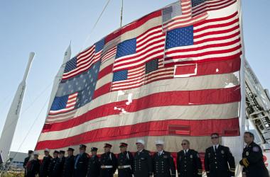 ケネディスペースセンター・ビジターセンターのロケットガーデンには、アメリカの9.11国旗が掲げられている。(NASA/Kim Shiflett)